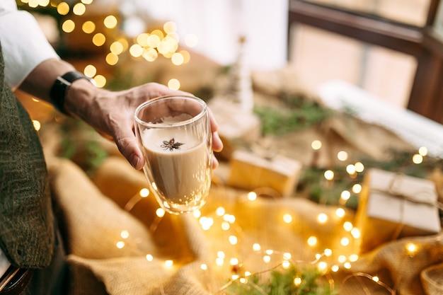 Sluit omhoog op feestelijke koffie met steranijs