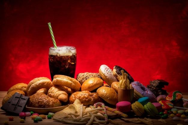 Sluit omhoog op geassorteerde ongezonde kost en drank