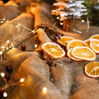 Sluit omhoog op gedroogde stukjes sinaasappel
