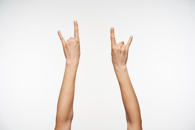 Sluit omhoog op geïsoleerde opgeheven handen van aantrekkelijke vrouwtjes
