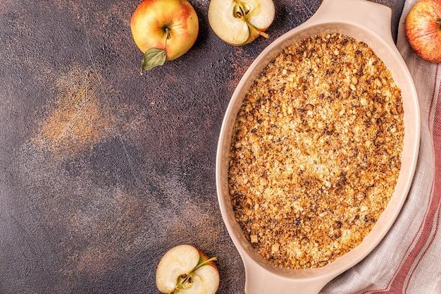Sluit omhoog op gekookte appelkruimeltaart met appels