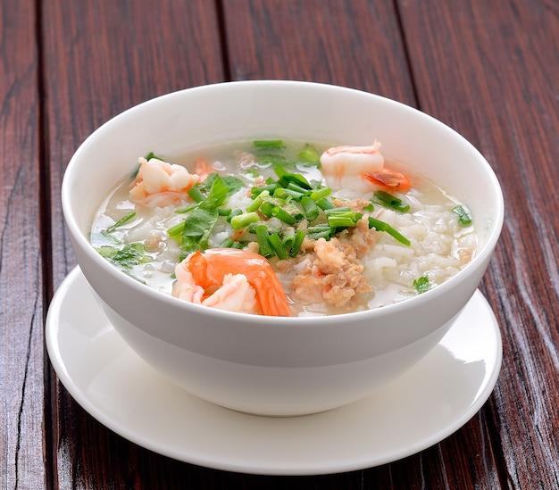 Sluit omhoog op gekookte rijst met garnalen en greens