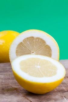 Sluit omhoog op gele citroen