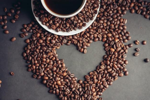 Sluit omhoog op geroosterde bonen van koffie met hartvorm