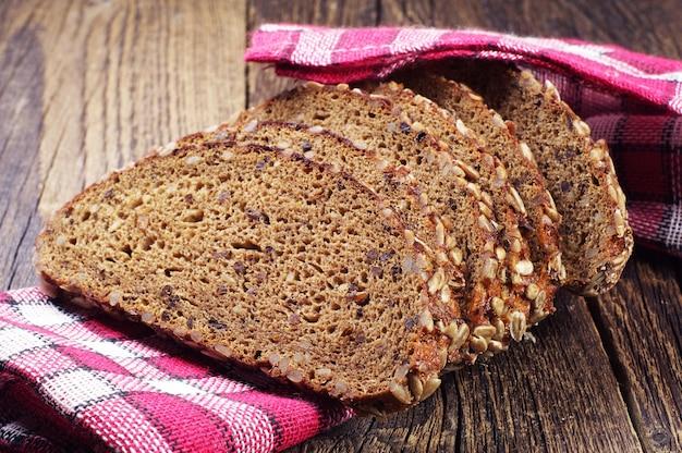 Sluit omhoog op gesneden brood op een servet