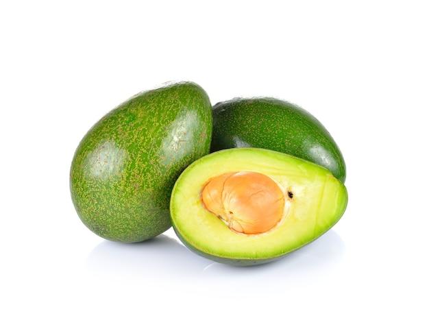 Sluit omhoog op gesneden geïsoleerde avocado