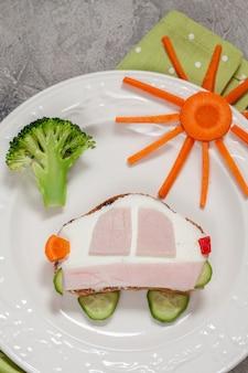 Sluit omhoog op grappige sandwich voor kinderen
