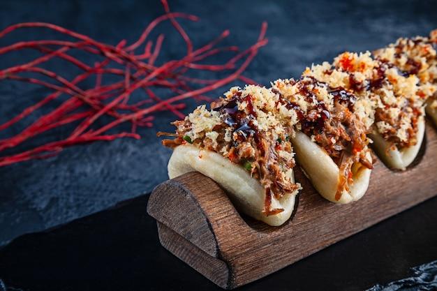 Sluit omhoog op gua bao, gestoomde broodjes met vlees