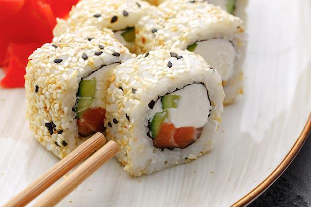 Sluit omhoog op heerlijk japans sushibroodje op plaat