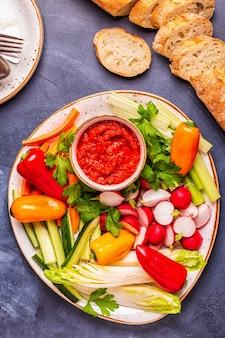 Sluit omhoog op het brood van de rauwe groentesaus