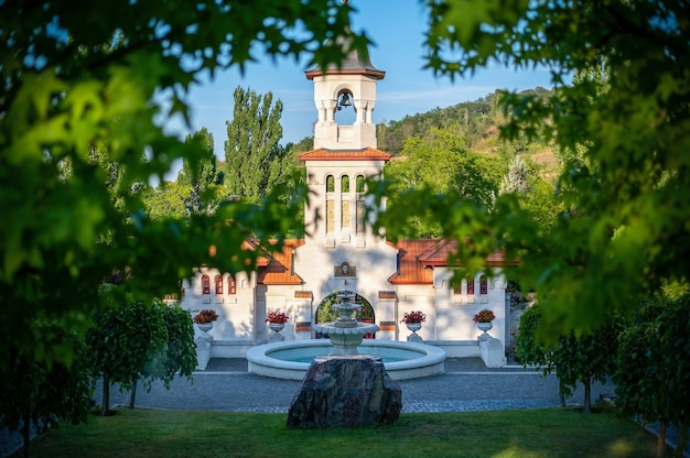 Sluit omhoog op het klooster van curchi tegen de blauwe hemel