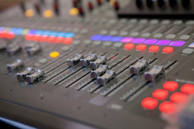 Sluit omhoog op het mengbureau van de geluidsopnamestudio