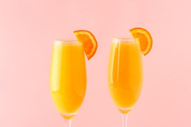 Sluit omhoog op hoge glazen met cocktail