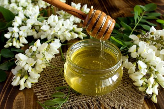 Sluit omhoog op honing en acaciabloemen