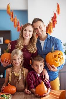 Sluit omhoog op jong en gelukkig gezin dat samen tijd doorbrengt
