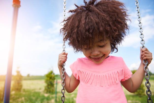Sluit omhoog op jong mooi meisje het slingeren