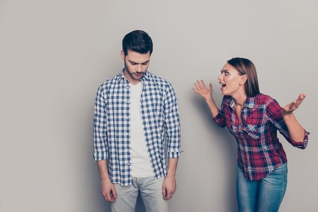 Sluit omhoog op jong paar dat een gevecht heeft
