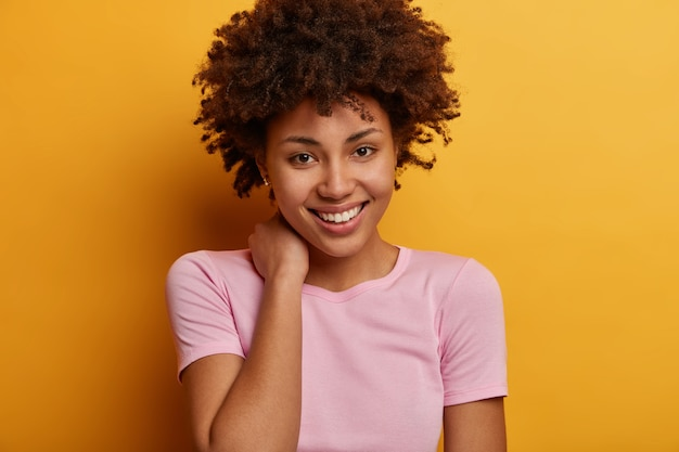 Sluit omhoog op jonge aantrekkelijke en charismatische geïsoleerde vrouw