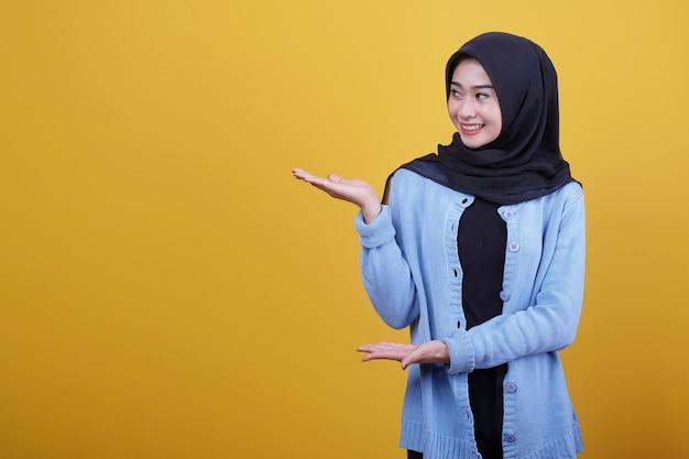 Sluit omhoog op jonge aantrekkelijke en charismatische vrouw die iets gebaar toont