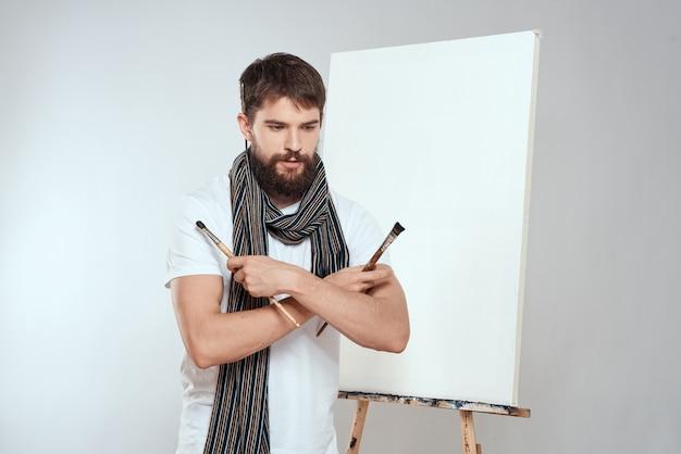 Sluit omhoog op jonge kunstenaar die een concept voor schilderen denkt