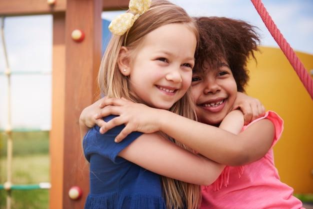 Sluit omhoog op jonge mooie kinderen die samen plezier hebben
