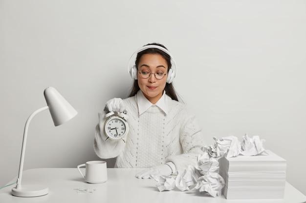 Sluit omhoog op jonge mooie vrouw aan haar bureau