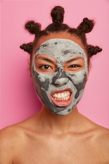 Sluit omhoog op jonge mooie vrouw met gezichtsmasker