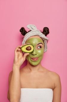 Sluit omhoog op jonge mooie vrouw met gezichtsmasker Gratis Foto