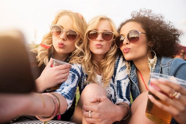 Sluit omhoog op jonge mooie vrouwen die pret hebben