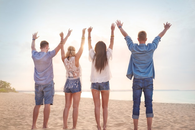 Sluit omhoog op jonge vrienden die pret op het strand hebben