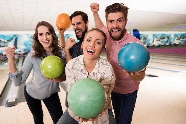 Sluit omhoog op jonge vrienden die van bowlen genieten