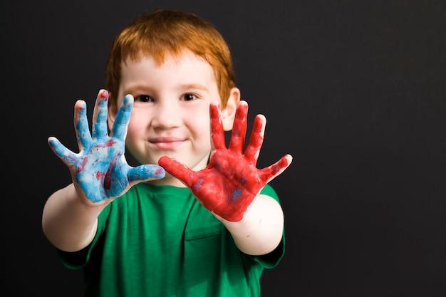 Sluit omhoog op jongen trekt met zijn handen
