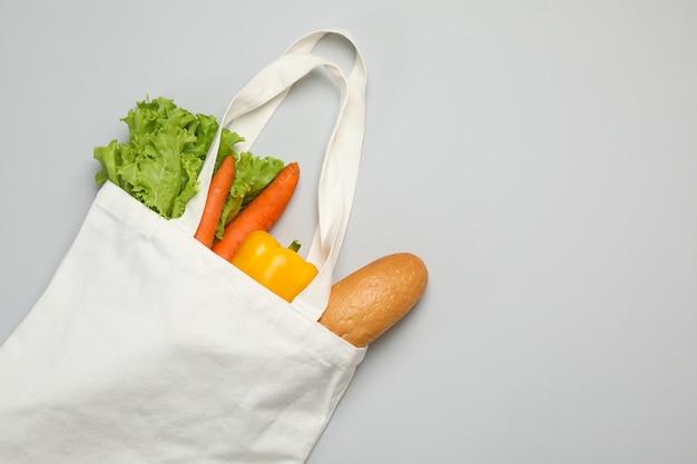 Sluit omhoog op katoenen zak met verschillend voedsel