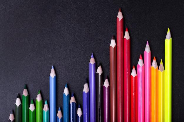 Sluit omhoog op kleurpotloden in vorm van diagram