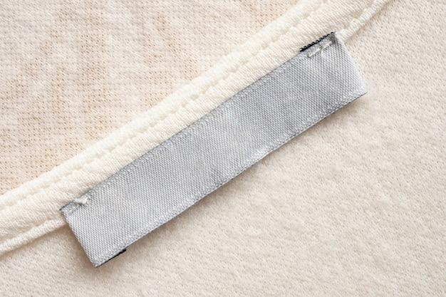 Sluit omhoog op leeg doeketiket op stof