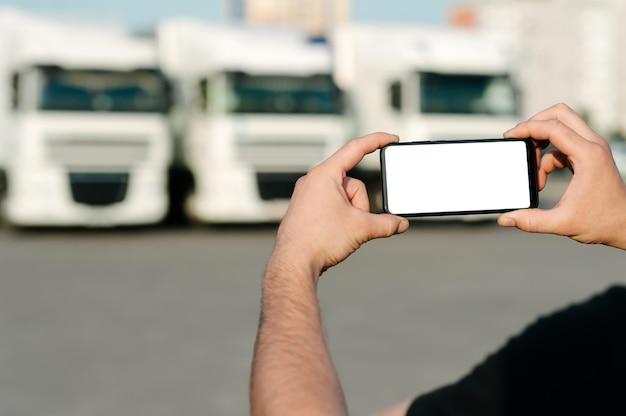 Sluit omhoog op lege in hand gehouden mobiele telefoon