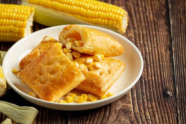 Sluit omhoog op maïs gebakken pastei klaar om te eten