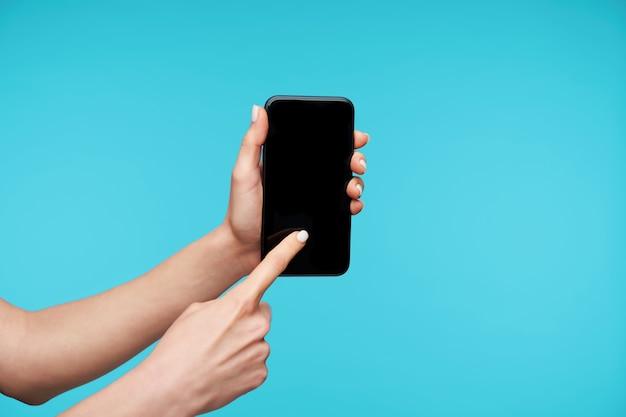 Sluit omhoog op moderne smartphone die door handen wordt gehouden