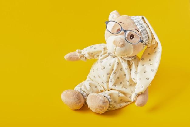 Sluit omhoog op mooi teddybeerstuk speelgoed in pijamas