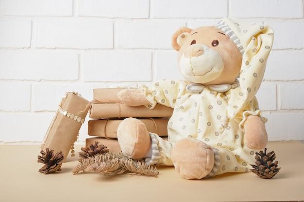Sluit omhoog op mooi teddybeerstuk speelgoed in pijamas Premium Foto
