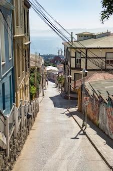Sluit omhoog op mooie chileense straten in valparaiso
