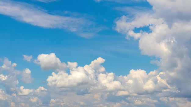 Sluit omhoog op mooie witte wolken op een blauwe hemel