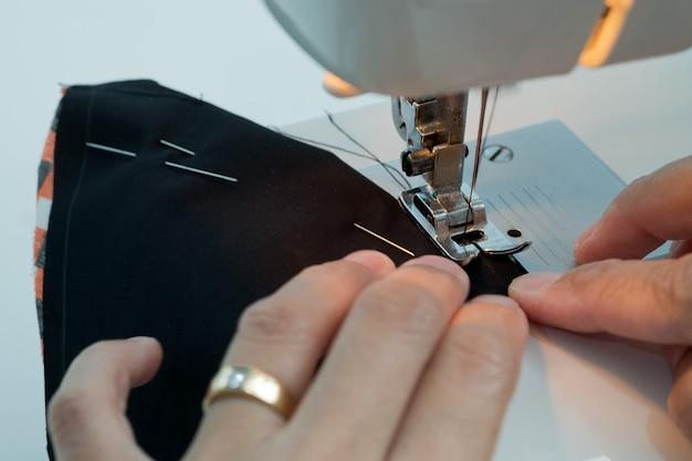 Sluit omhoog op naaimachine met handen het werken