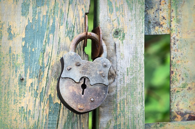 Sluit omhoog op oud slot op het hek