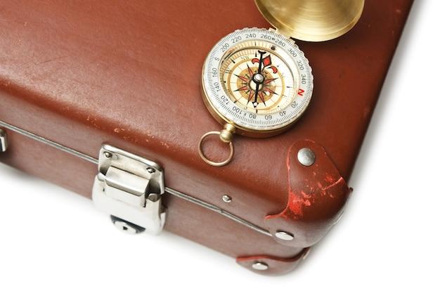 Sluit omhoog op oude oude geïsoleerde koffer en kompas