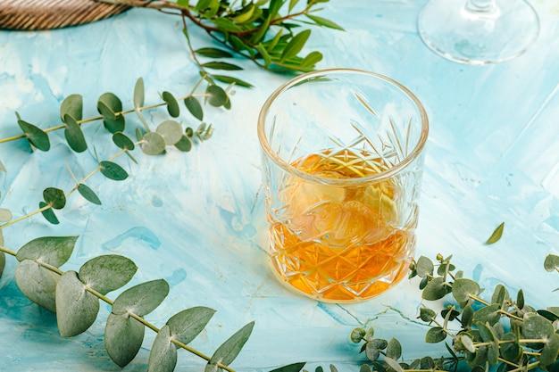 Sluit omhoog op ouderwets glas whisky