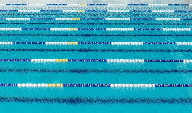 Sluit omhoog op paden in het zwembad