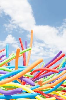 Sluit omhoog op regenboogballons op de parade van de gay pride in praag.