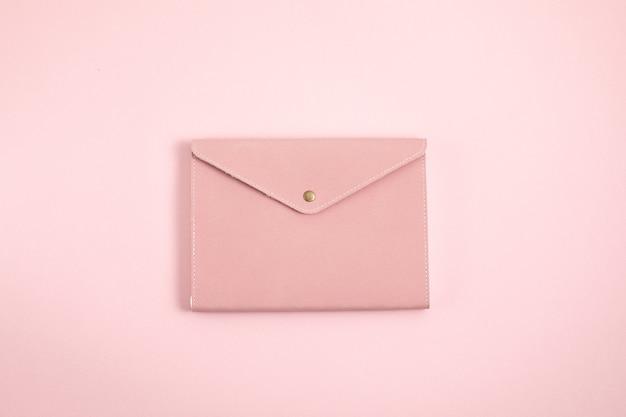 Sluit omhoog op roze notitieboekje minimaal ontwerp