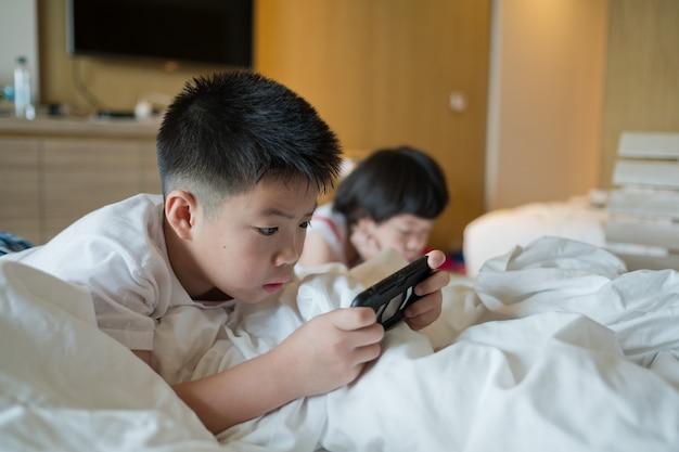 Sluit omhoog op spelende kinderen op de telefoons